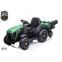 Elektrický traktor s vlekem a lopatou, zelený